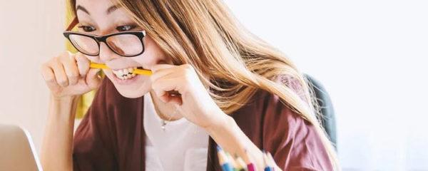 Jeune femme stressée au travail
